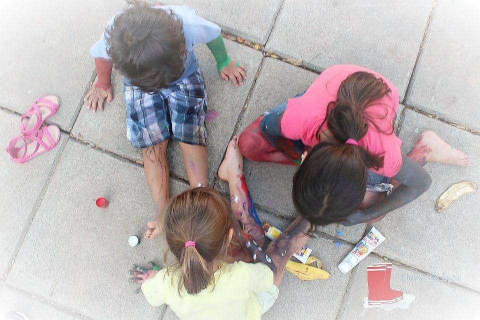 Niños explorando con pintura