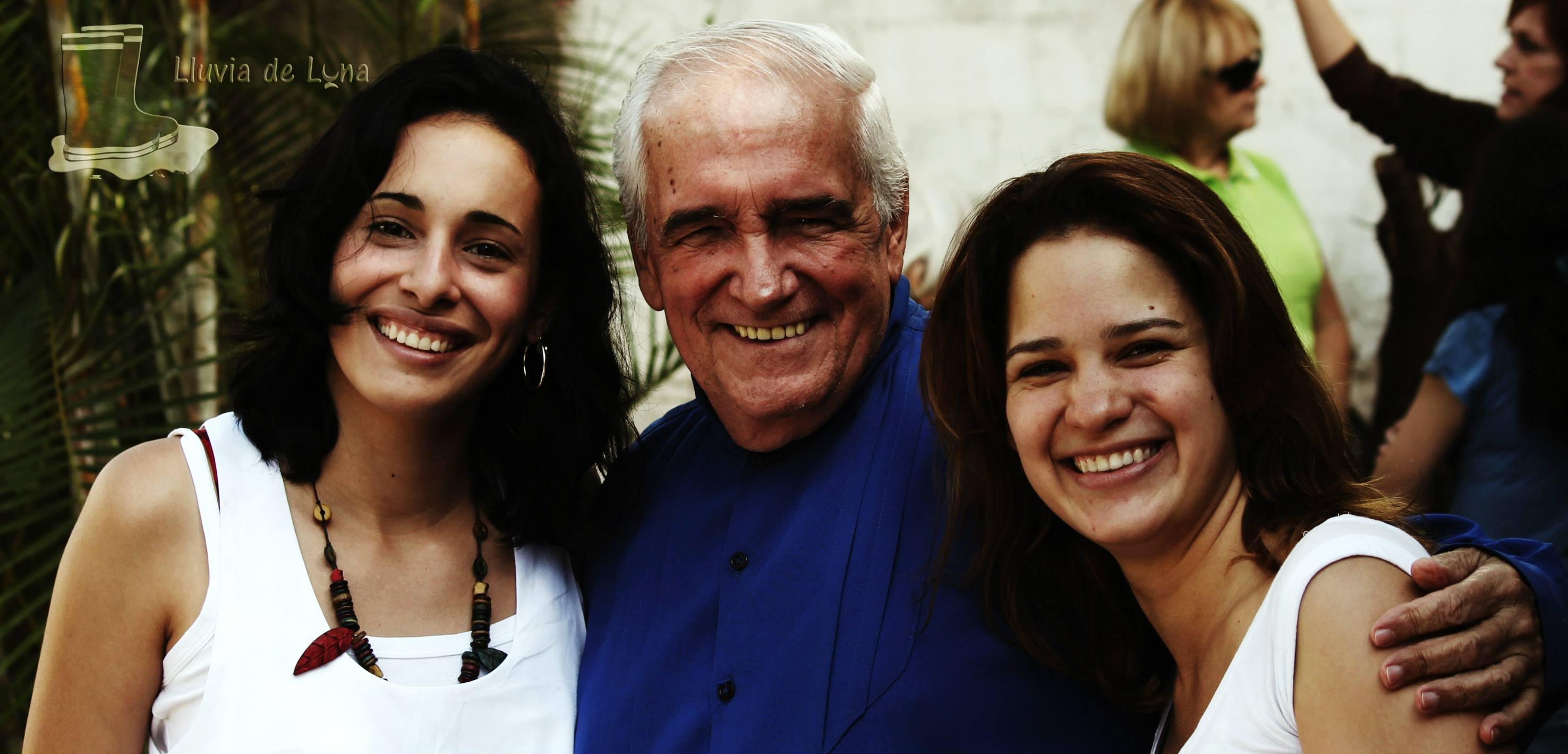 Vane y Ari con Armando Quintero en el estreno de LLuvia de Luna en Caracas-Venezuela. felices y sonrientes despues de finalizar una hermosa actividad de lluvia de luna, Ari y Vane vestidas de blanco y Armando Quintero de Azul.