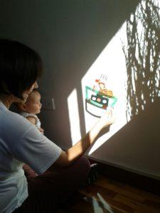 Miranda y Pepin mirando un teatro de sombras