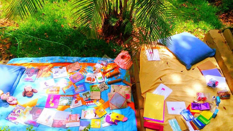 Picnic de Cuentos. Cuentos para cada edad. en la imagen se muestra como se preparan la actividad del picnic de cuentos. Los ingredientes varían de acuerdo a la edad de los niños que participen en las actividades.