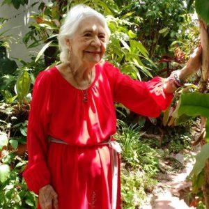Mi Abuela en su hermoso Jardin