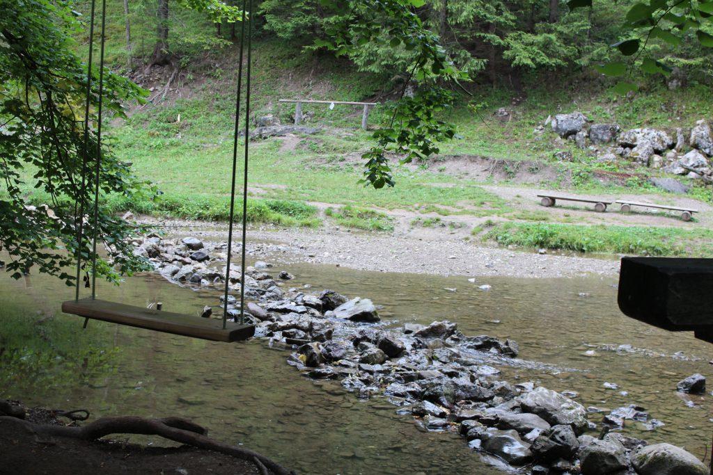Un columpio sobre un pequeño arroyo en el Parque Nacional Tatra