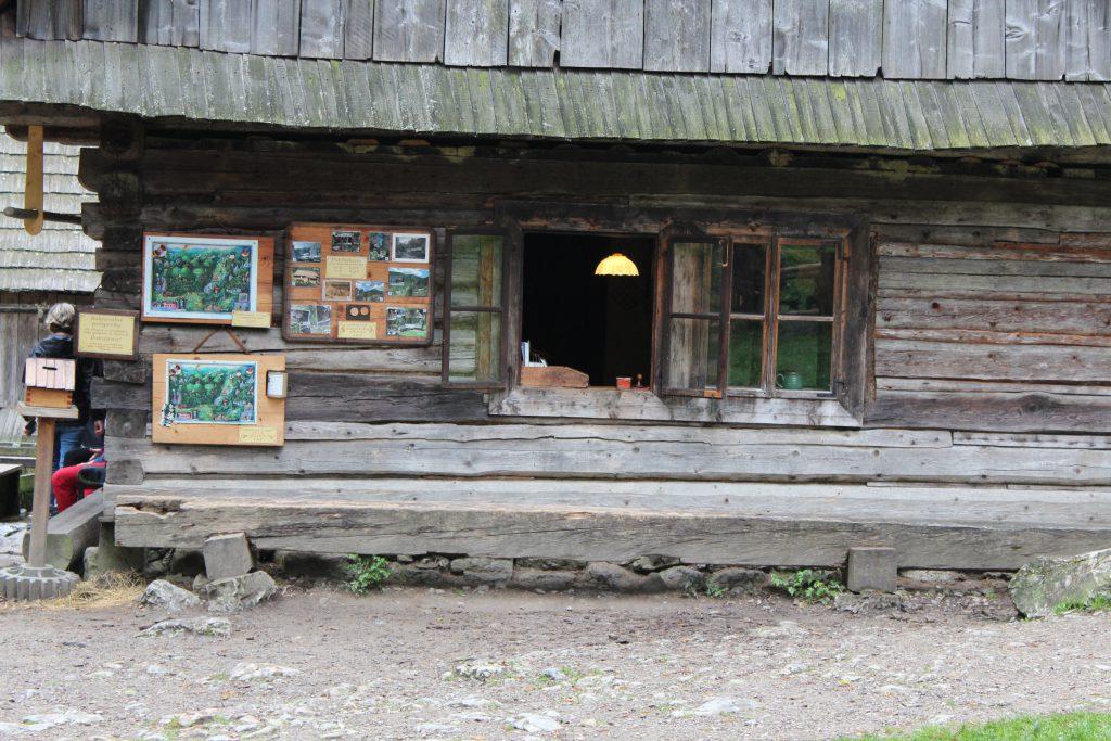 un Kiosquito de souvenirs que esta en una de las primeras paradas del parque nacional Tatras.