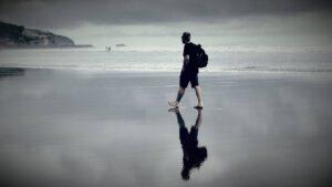 Mi cronopio caminando por la playa
